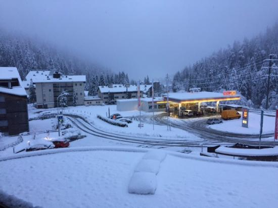 Laax, Ελβετία: View on a snow day from room
