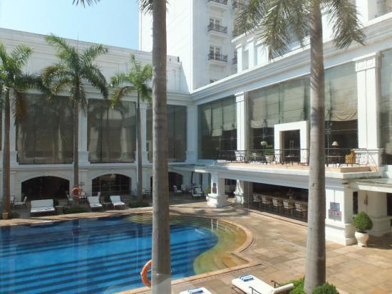 Indochine Palace: プールも広々としておりゴージャスです