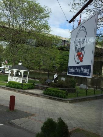 Kingston, Nowy Jork: park and water right outside
