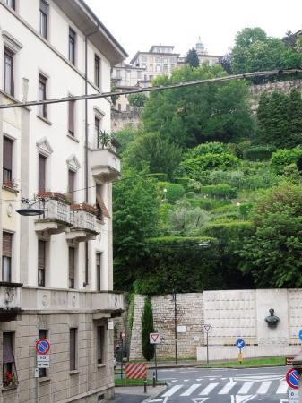 Alla Funicolare B&B : вид с балкона: конец улицы Локателли (направо - станция фуникулера и остановка автобуса в аэропо