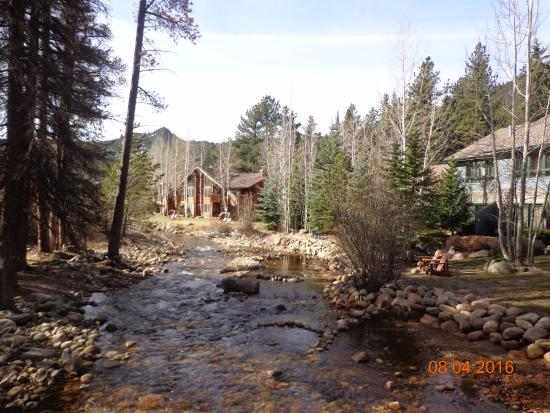 River Stone Resort and Bear Paw Suites: Cottages and River View from the Bridge