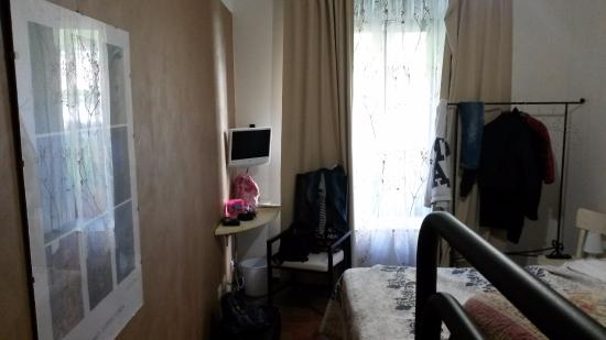 Duepiudue Bed & Breakfast: TV e finestra