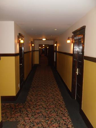 Glen Tavern Inn: Down the Hallway with NO kids in site