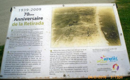 Elne, Francia: Panel conmemorativo en lo que fue el campo de refugiados españoles de Argelés