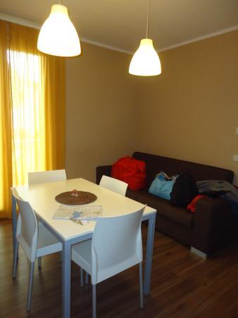 Soggiorno con la cucina e divano letto - Foto di Acqua Resorts ...