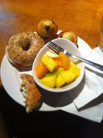Samesun Vancouver: Just an example of the of quality of the breakfast at Samsun: Freshly baked bagels, muffins, fru