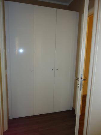 Armadio dietro la porta del soggiorno - Foto di Acqua Resorts ...