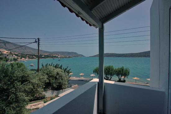 Selena Village: Вид с балкона номера 105. Виден пляж с 5 зонтками и 10 лежаками - пляжик маленький, предупреждаю