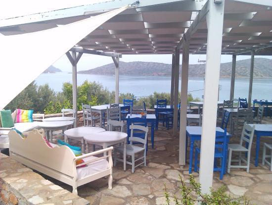 Selena Village: Верхний бар над бассейном.