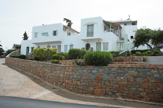 Selena Village: Вид отеля с моря и дороги. Справа - наш 105-ё номер с отдельным входом и французским балконом.