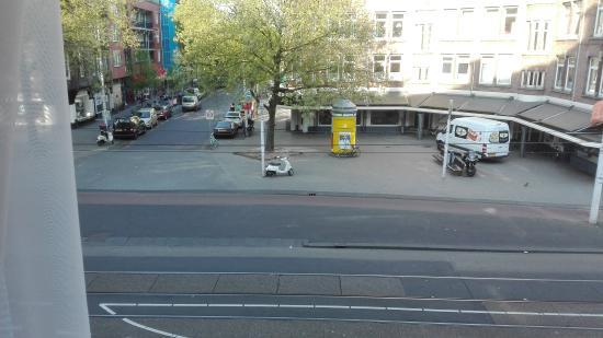 Amigo Budget Hostel: Leuk uitzicht op het pleintje door het raam .