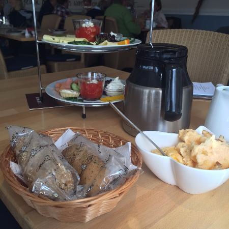Lauenburg an der Elbe, Germany: kleiner Blick über den Frühstückstisch (glutenfreie Brötchen, deshalb extra verpackt)
