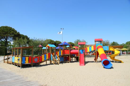spielplatz vor dem restaurant am strand bild von camping village garden paradiso cavallino. Black Bedroom Furniture Sets. Home Design Ideas