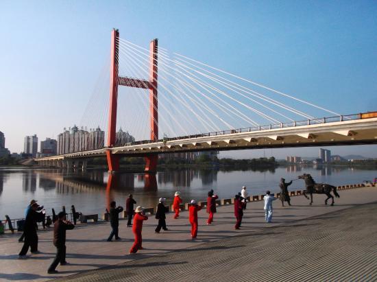 Linjiangmen Bridge: 早朝の臨江門大橋と像