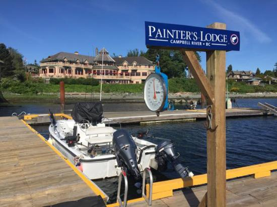 Painter's Lodge: View of hotel from fishing pier