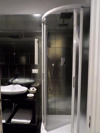 Salle de bain avec douche moderne - Picture of Ca\' Bonvicini, Venice ...