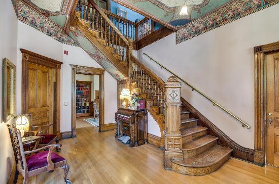 Lumber Baron Inn & Gardens: Front Entrance
