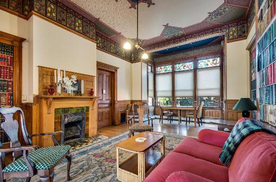 Lumber Baron Inn & Gardens: Library