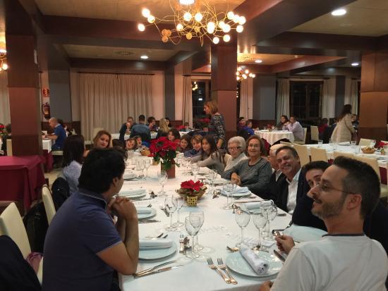 Mora de Rubielos, España: Cena de toda la familia en el comedor del hotel