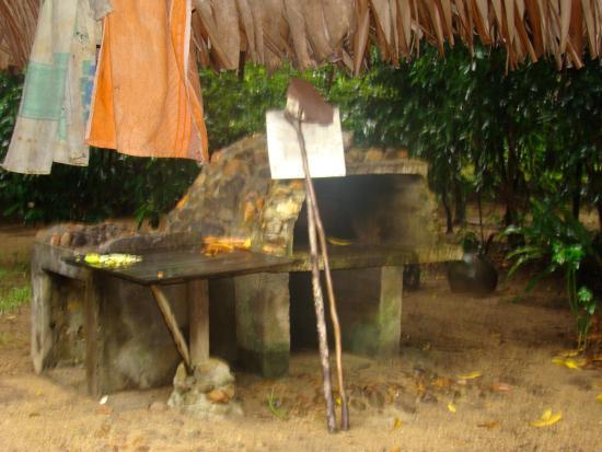 Maroantsetra, Madagaskar: Le four utilisé pour une délicieuse cuisine & faire le pain & les gateaux