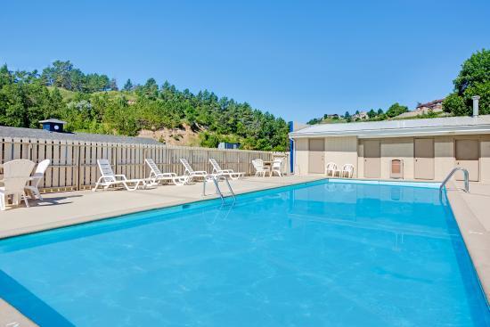 Travelodge Rapid City: Outdoor Pool Area
