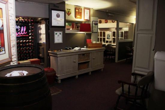 Hillside Tavern Grill: Entrance