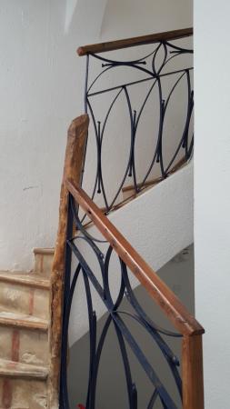 Riad Jade Mogador : Escalier d'accès aux chambres: très belle rénovation qui allie l'ancien et le neuf.