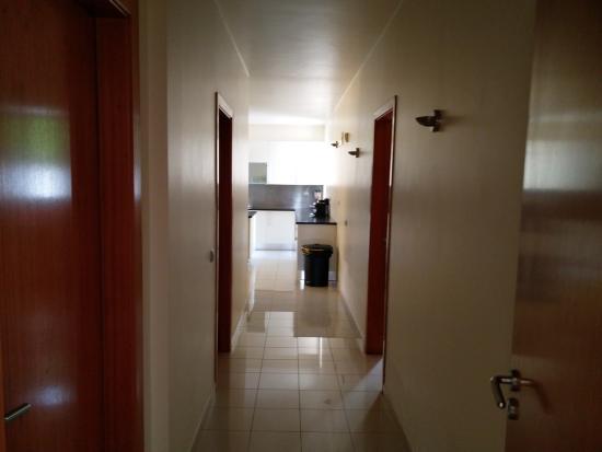 Couloir vers cuisine, salle de machine à laver, sèche linge ... on