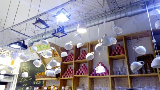 lodziarnia : Preciosa cafetería, detalle de las tazas colgantes.