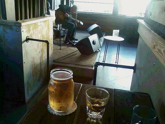 Long Beach, WA: Pete Krebs playing some good music at Pickled Fish while I enjoy some fine drinks.
