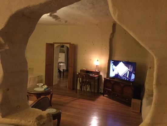 Esbelli Evi Cave Hotel: Part of the living room, which leads to the kitchen (fully stocked fridge with water, beer and s