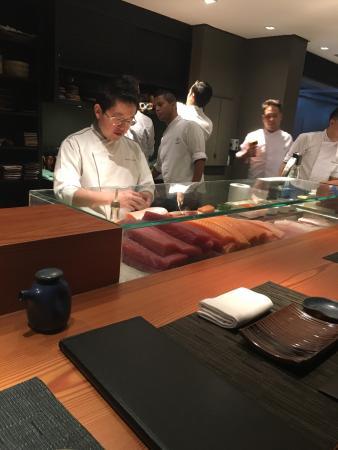 Temaki de vieiras, sashimi de barriga de salmão, hot roll, sushi de polvo e Vieira trufada, cevi