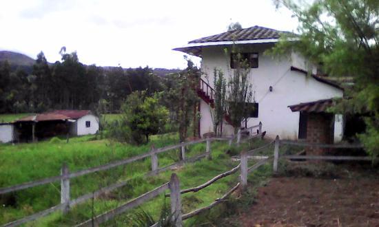 Hotel Campestre Hacienda Yanamarca: Vista de la casa desde la granja