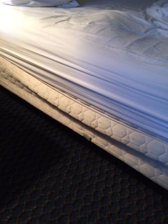 Aspire Gettysburg Hotel: This is the bed that the box spring was clearly cracked.