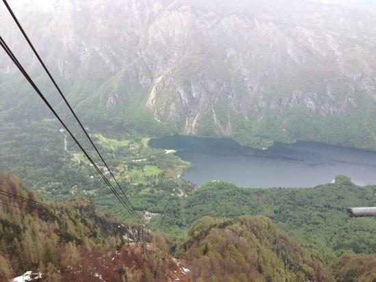 Bohinjsko Jezero, Slovenya: Looking down the cables to Lake Bohinj