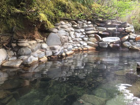 Breitenbush Hot Springs: Naturally-looking hot tubs vary in temperatur