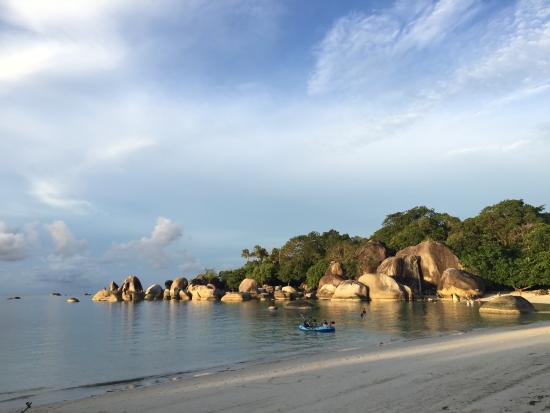 Resultado de imagen para Playa de Tanjung Tinggi en Sumatera.