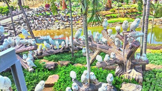 Nong Nooch Tropical Botanical Garden: animals sculpture