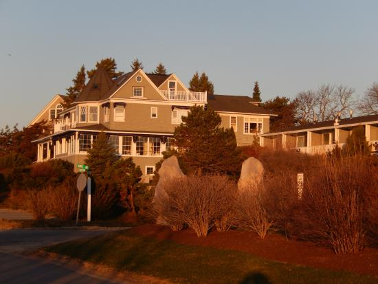 Cape Arundel Inn & Resort: Snapshot of the hotel from the road.