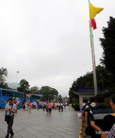 Sun Yat Sen's Residence Memorial Museum: Tourists at the entrance
