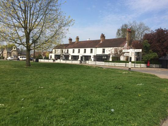 Chipperfield, UK: The two Brewers pub, Taken from the village green