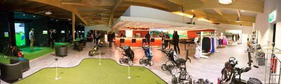 Payerne, سويسرا: Le Golf Indoor Broye avec ses simulateurs de golf, son bar et sa boutique.