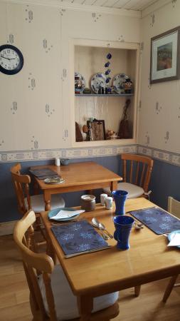 Slea Head Farm B & B : Charming breakfast tables (exquisite ceramic)