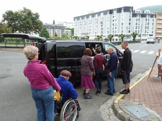 Hotel Des Rosiers : Camionnette nous conduisant vers la grotte vu problème de mobilité