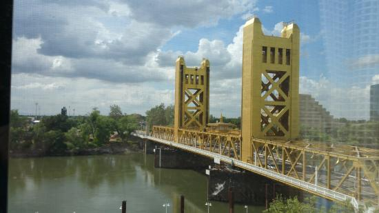 Embassy Suites by Hilton Sacramento - Riverfront Promenade: tower bridge during the day