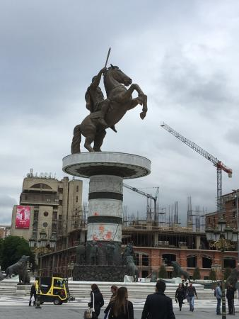 Queen's Hotel Skopje: Statue of Alexandra The Great in Macedonia Square