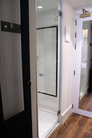 Hotel Praktik Vinoteca: Dusche, Eingang Ist Von Der Diele Aus