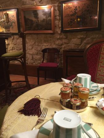 Hotel Duc de Saint Simon: Hôtel traditionnel de qualité, salle petit-déjeuner en sous-sol à l'architecture pittoresque, je
