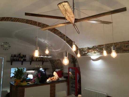 Lampadario Allaperto : Interno del locale con l originale lampadario foto di l ancora