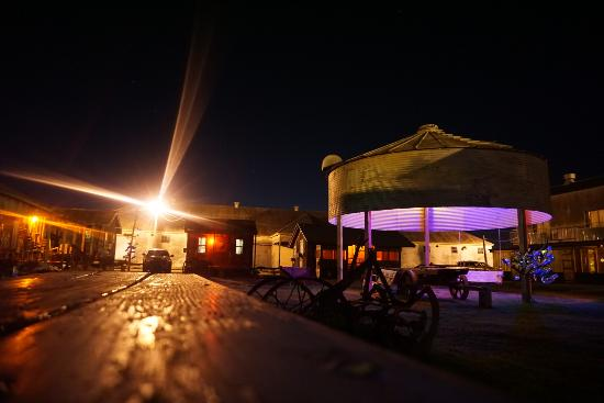 Shack Up Inn: Outside are at night